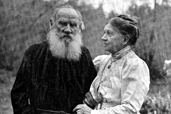 Tolstoy_and_wife_1910